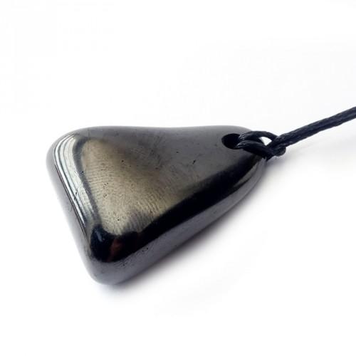 Pendentif pierre polie shungite sur cordon