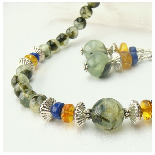 Parure en prehnite, ambre et lapis lazuli